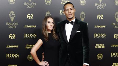 Върджил ван Дайк и съпругата му Рике по време на церемонията в Париж.