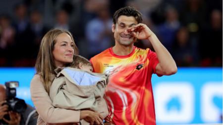 Ферер се прощава с публиката заедно със съпругата си Марта Торнел и синът им.