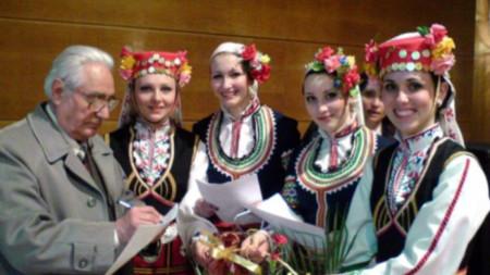 "Михаил Букурещлиев дарява своя партитура на певиците от квартет ""Абагар"""