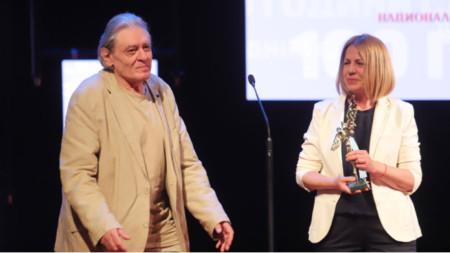 """Михаил Белчев с """"Икар"""" - за изключителен принос към музиката. Наградата връчи кметът на столицата Йорданка Фандъкова."""