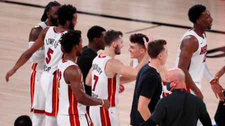 Баскетболистите на Маями се поздравяват след победата.