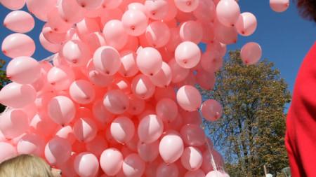 1200 розови балона в памет на жените, които всяка година губят битката с рака на гърдата.
