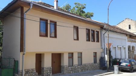Родният дом на Валентин Качев в Белоградчик, който сега е реставриран, датира от 1885 година.