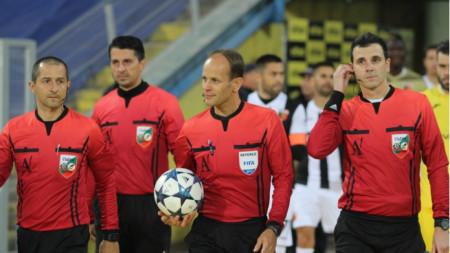 Николай Йорданов (с топката) ще ръководи дербито на кръга.