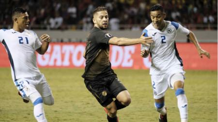 Агилар (в средата) вкара третия гол за Коста Рика.