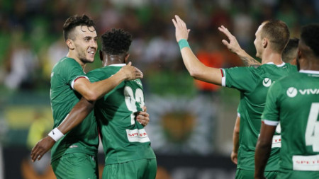 Густаво Кампаняро (вляво ) отбеляза два гола за