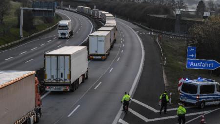 Кризата, свързана с коронавирусната пандемия, стана причина за сериозни проблеми в транспорта. На снимката: Колона от камиони в Германия, март 20202 г.