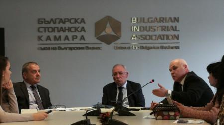 Бизнес климатът у нас се е влошил през изминаващата година, каза председателят на БСК Радосвет Радев, позовавайки се на резултати от проведено сред 740 фирми проучване.