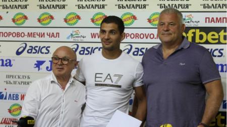Ивайло Иванов (в средата) получи 8000 лева от федерацията.