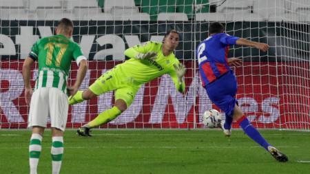 Бурхос бележи втория гол за Ейбар от дузпа.
