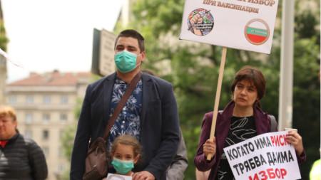 Пред Министерския съвет се провежде протест за отпадане на задължителния характер на ваксините в България. Организатори са Български родителски централен комитет и родители на пострадали от ваксини деца.
