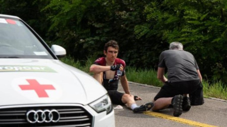Герайнт Томас получава първа помощ след падането.