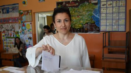Министърът на земеделието Десислава Танева гласува в родния си град Сливен.