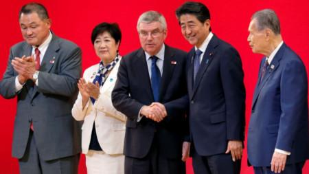 Томас Бах и Шиндзо Абе (двамата в средата) се съгласиха да отложат Олимпийските игри в Токио до 2021 г. заради Covid-19