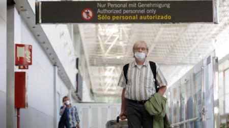 Пристигащите от Дюселдорф носят маски при пристигането си на летището на Тенерифе, Канарските острови, Испания, 21 Юни 2020 г.