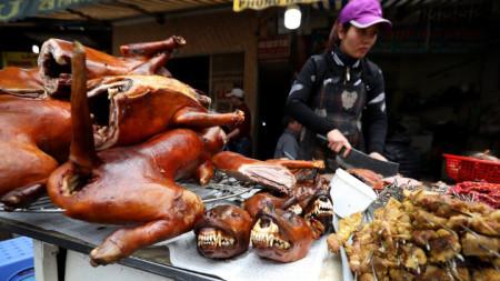 Жена на пазар в Ханой продава кучешко месо през февруари 2018 г.
