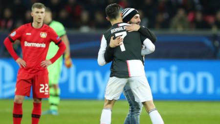 Нахлул на терена фен прегръща Роналдо след гола му.