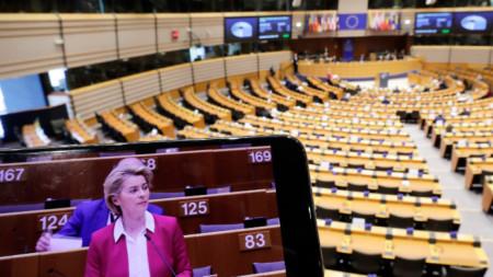 Председателят на ЕК Урсула Фон дер Лайен се вижда на екрана на телефон по време на мини пленарна сесия на Европейския парламент в Брюксел, 26 март 2020 г. Поради пандемията от Covid-19 сесията се съкращава до един ден и се провежда главно като видеоконференция.