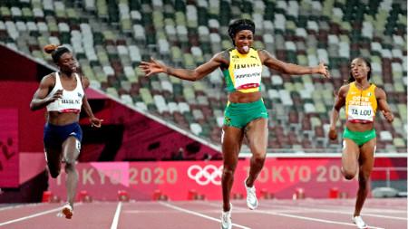 Илейн Томпсън (в средата) ликува след финала на 200 м.
