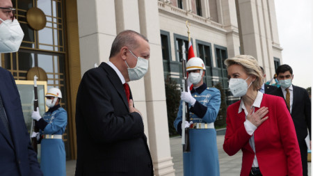 Турският президент Реджеп Тайип Ердоган приветства председателя на ЕК Урсула фон дер Лайен преди срещата им в президентството в Анкара, 6 април 2021 г.