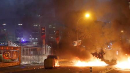 Демонстранти са запалили кофа за боклук до вход на