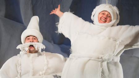 """Актьорите Нина Димитрова и Димитр Несторов в спектакъла """"Каквото направи дядо, все е хубаво"""" по Андерсен на театър """"Кредо"""""""