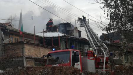 "Четири противопожарни автомобила и десетки огнеборци гасиха пожара в старинния квартал ""Варуша"" във Велико Търново."