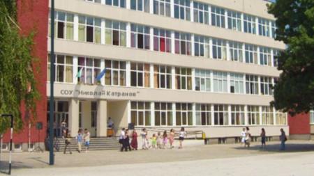 """Под домашна карантина са четиримата ученици и тримата учители от училище """"Николай Катранов""""."""