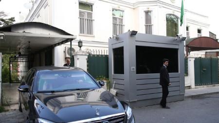 Кола с дипломатически номера, в която се предполага, че е саудитският консул Мохамад ал-Утайби, напуска сградата на мисията часове преди очакваното претърсване на резиденцията му. Според турски медии той е отлетял за Рияд.