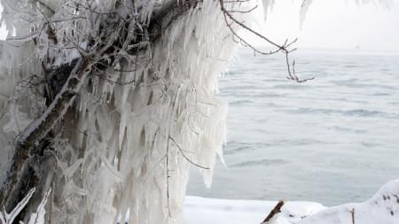 Студ и лед край бреговете на езерото Мичиган в САЩ.