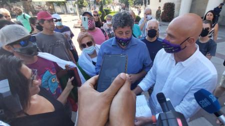 Протест пред Общината в Бургас