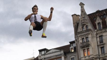 Арманд Дуплантис се приземява след шампионския скок.