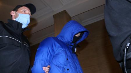 Служители на съдебна охрана водят Кристиан Николов за делото в Софийски градски съд.