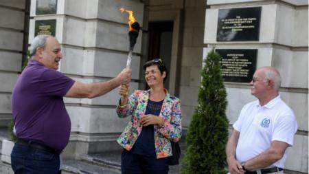 Огънят е предаден на олимпийската шампионка Румяна Нейкова.