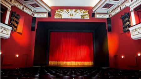 Сцената на Драматичен театър Пловдив в очакване да вдигне завеса