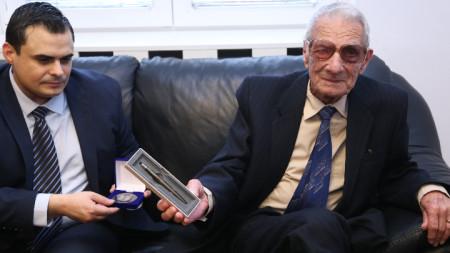 Заместник-министърът на образованието и науката Петър Николов награди 91-годишния учител Цонко Петров