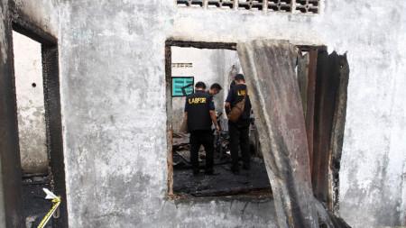 При пожара в нелегална фабрика за запалки и кибрити в Индонезия загинаха 30 души.