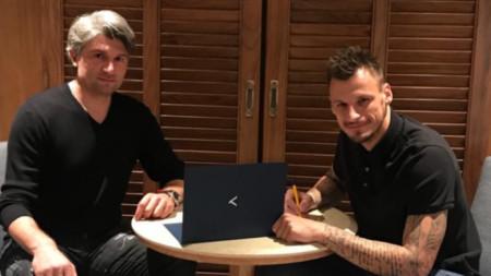Зоран Попович подписва договора с Левски под погледа на  Ивайло Петков.