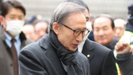 Бившият президент на Южна Корея Ли Мюн-бак беше осъден на 17 г. затвор