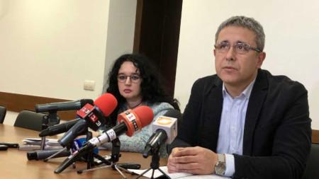 Окръжният прокурор на Русе Георги Георгиев обясни, че прокуратурата е направила всичко необходимо до този момент и покани на среща близките на загиналия.