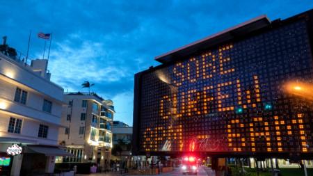 Празни улици във Флорида по време на вечерен час заради пандемията
