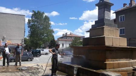Започна обновяването на паметника на 33-ти Свищовски полк.