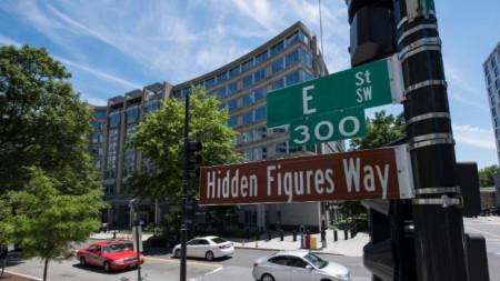"""Преименуването на улицата е в чест на три чернокожи математички, чиито заслуги за усвояването на Космоса от САЩ са представени във филма """"Скрити числа""""."""