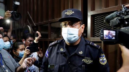 Националната полиция охранява входа на Върховния съд след полагането на клетва на магистрати в Сан Салвадор, Ел Салвадор, 1 май 2021 г.