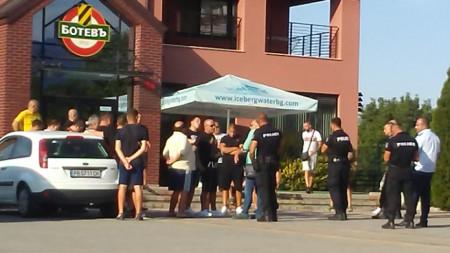 Полиция също охраняваше базата на Ботев (Пловдив) в Коматево