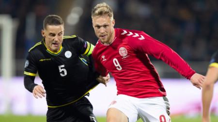 Капитанът на Косово Шала (вляво) се бори с Йоргенсен от Дания.