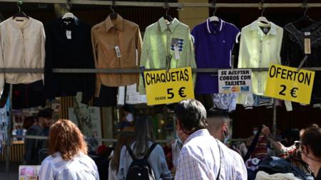 """Посетители оглеждат стока на прочутия бит пазар """"Растро"""" в Мадрид."""