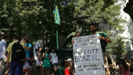 Новото правителство на Бразилия трябва да бъде поставено на колене, защото това, което се случва, поставя на карта бъдещето на цялото човечество, твърдят екоактивисти