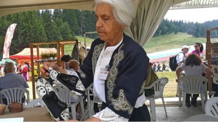 Елена Дечева показва чифт невестински терлици