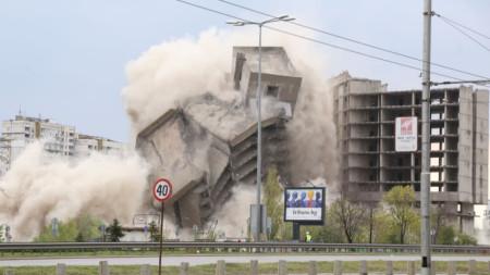 """Взривяването на високата част на недостроената сграда на ИПК """"Родина"""" на """"Цариградско шосе"""" в София."""
